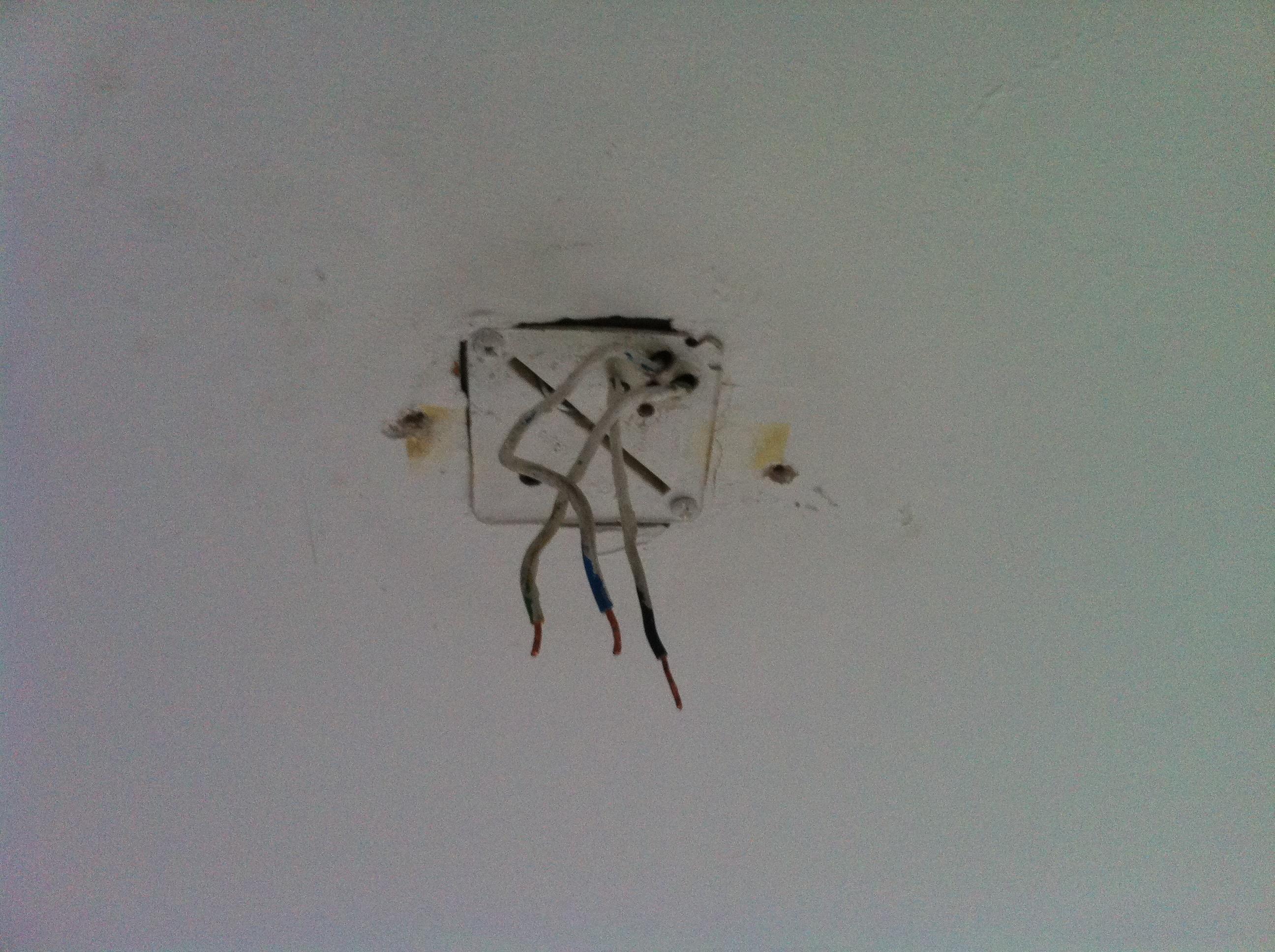 Lamp aan plafond hangen