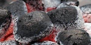 Een houtskool barbecue aansteken