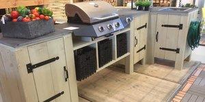 Une cuisine extérieure en bois d'échafaudage (meuble pour BBQ)