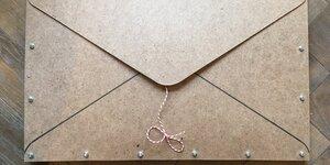 Surprise : une enveloppe en bois