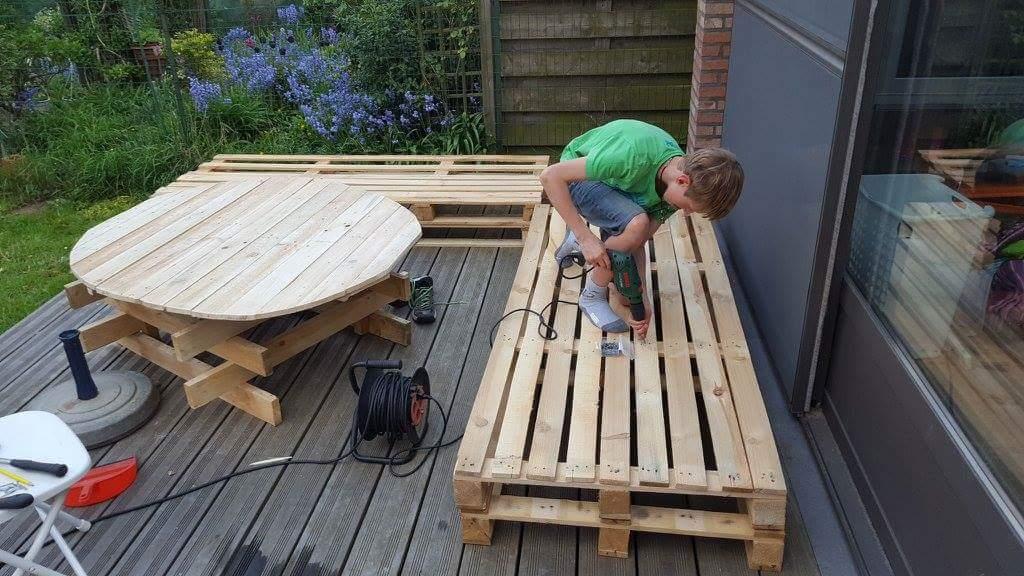 Banc lounge et table en palettes - Pour les makers